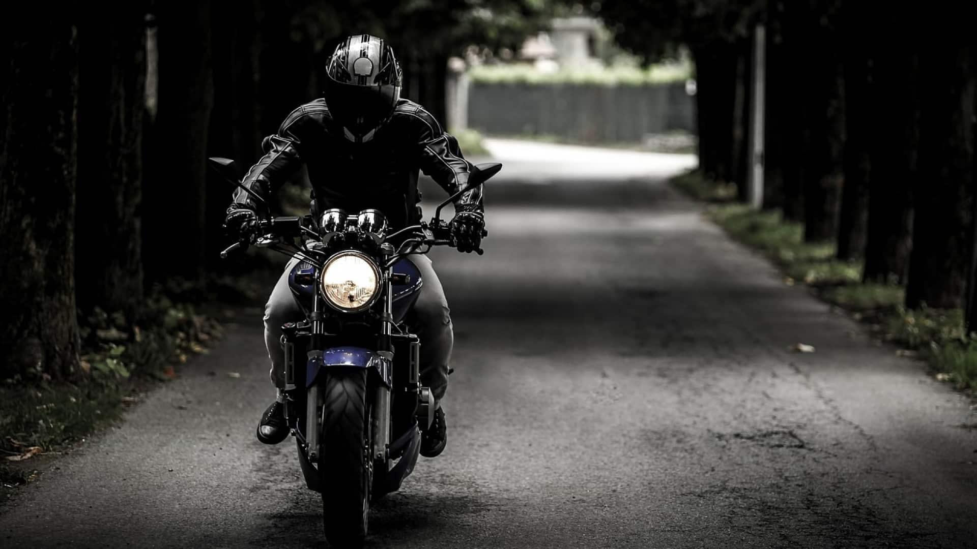 Pourquoi faut-il toujours porter son casque à moto?